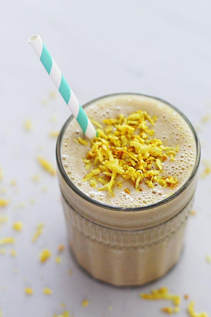 Enjoy the healing benefits of golden milk in the heat of the summer with this vegan golden milk smoothie! | fitlivingeats.com